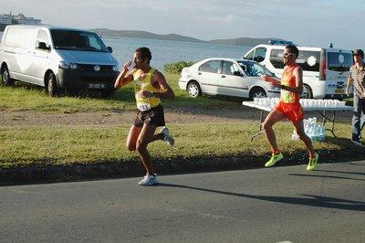 Nordine Benfodda, talonné ici par Thomas Prono dans les premiers kilomètres, a remporté, en solitaire, le 10 km Nature Valley, hier matin, du côté de la baie de Sainte-Marie.