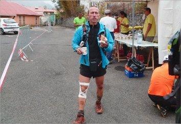 Paolo Biondo, qui sort ici du stade de Cilaos après 79 kilomètres de course, a de nouveau pris part à la « Diagonale des Fous », il y a dix jours à La Réunion.