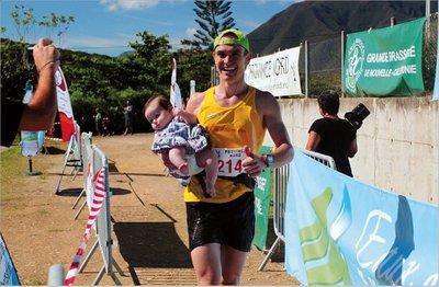 Ludovic Lanceleur, ici avec sa petite fille lors du trail de Voh, tentera de réaliser aujourd'hui une « perf » au trail de Cradle Mountain.